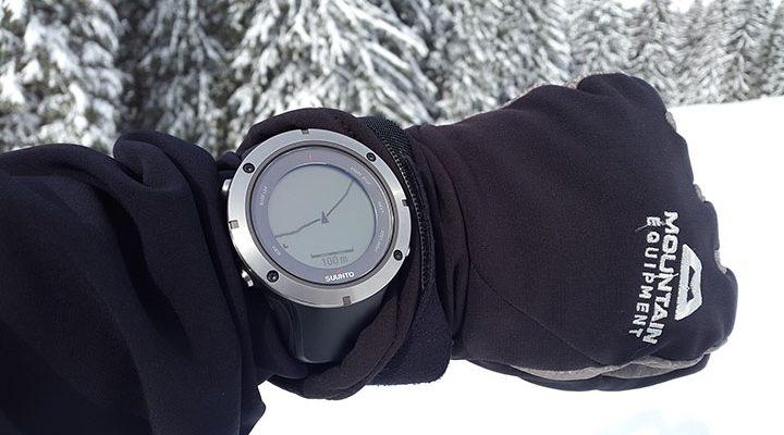 En gps-klocka på en handled, ute i snön.