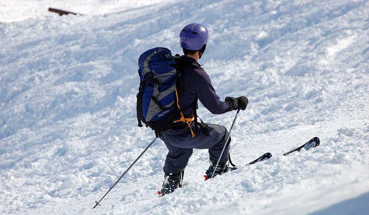 En man som åker alpina skidor.