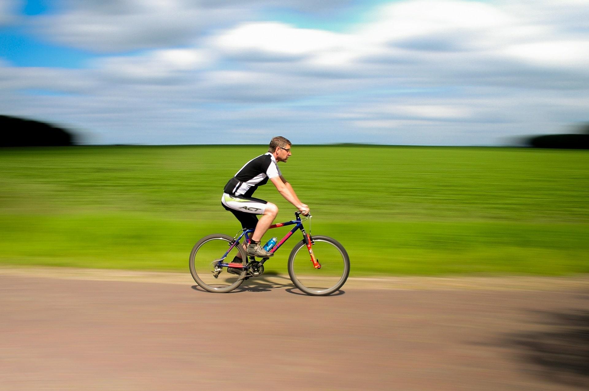 En man som cyklar på en MTB-cykel med cykelbyxor.