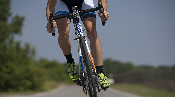 En person på en cykel iförd cykelbyxor.