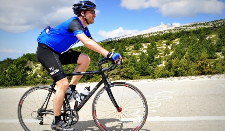 En person som cyklar på en mountainbike.