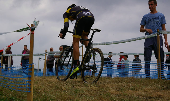 En person som cyklar på en cyclocross i ett lopp.