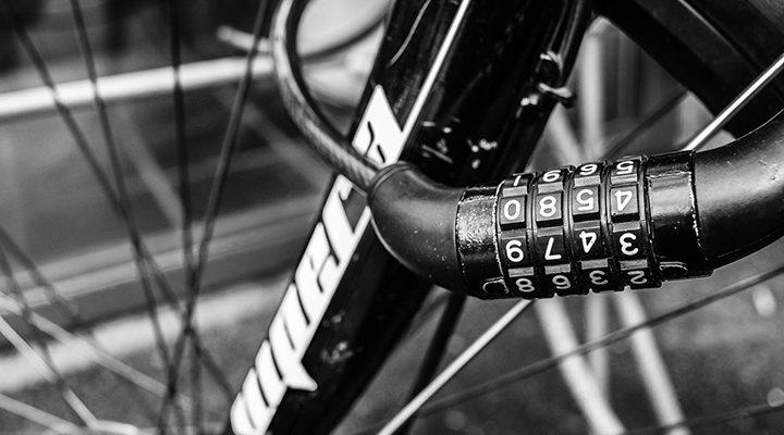 Närbild på ett cykellås som sitter på en cykel.