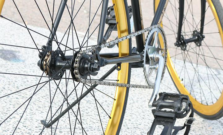 En gul cykel med närbild på cykelpedalen.
