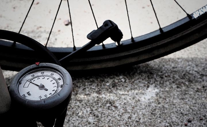 En cykelpump som pumpar ett cykeldäck.