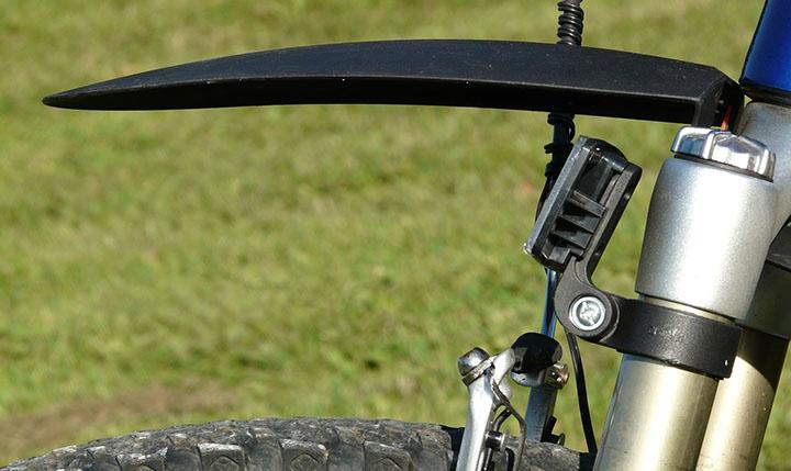 En närbild på ett stänkskydd på en cykel.