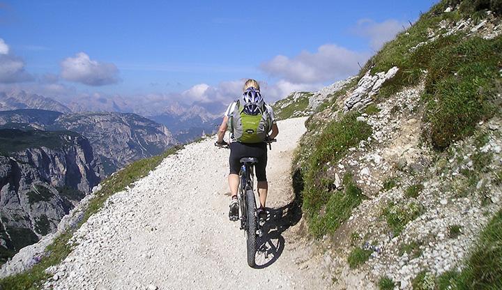 En person som är uppe i berg och cyklar.
