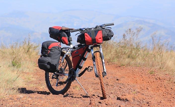 En cykel med många cykelväskor på.