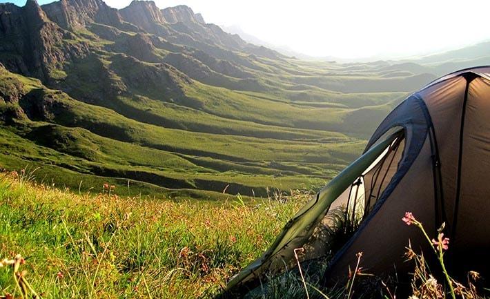 Ett tält med en vacker dal i bakgrunden.