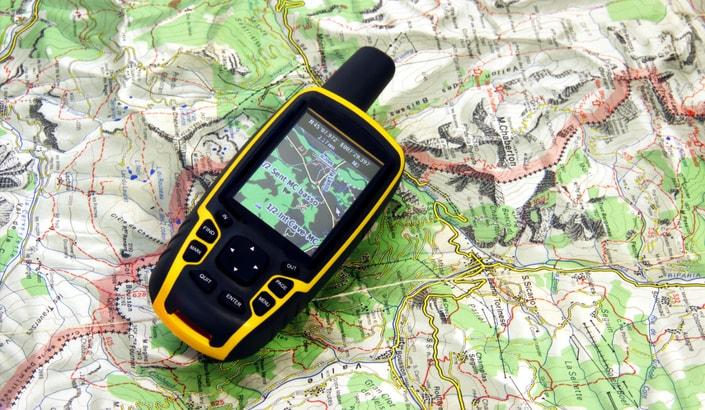 En GPS som ligger på en karta.