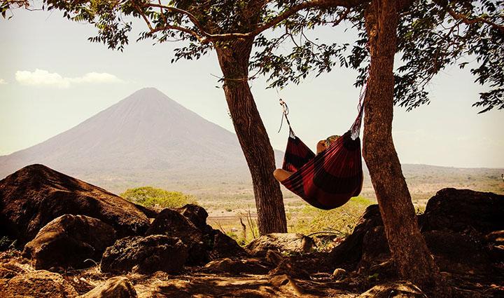 En hängmatta som hänger mellan två träd.