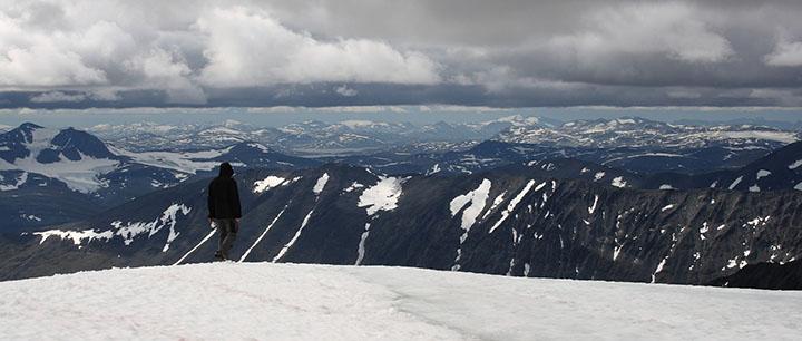 En man som står i snön på kebnekaise.
