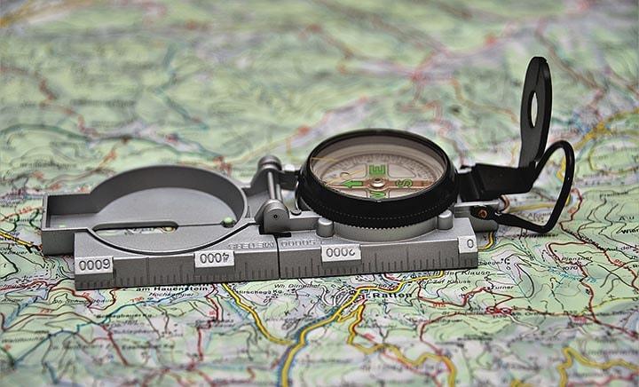 En kompass som ligger på en karta.