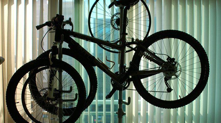 En cykel som är upphängd på ett mekställ.