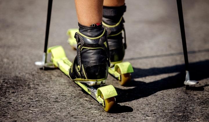 En person som åker på asfalt med rullskidor.