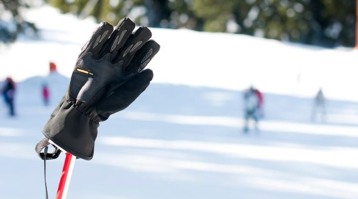 Svara skidhandskar som sitter på skidstavar.