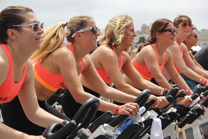 En grupp tjejer som cyklar på spinningcyklar.