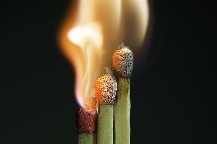 Tre tändstickor som brinner.