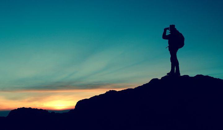 En person på en kulle som vandrar.