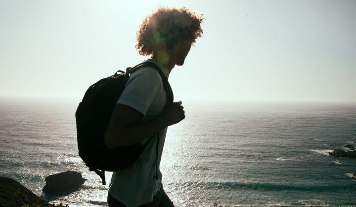 En man med ryggsäck som vandrar.