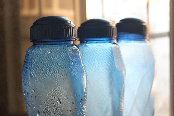 Tre stycken plastflaskor som står på rad.