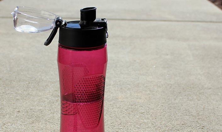 En vattenflaska som står på marken.